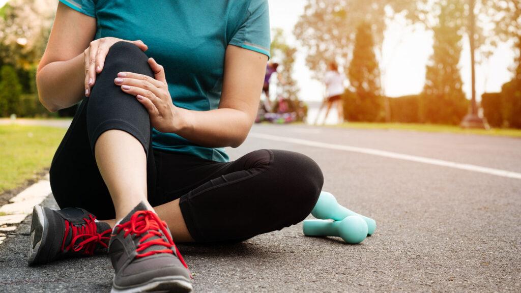 Kvinna som har ont i knät